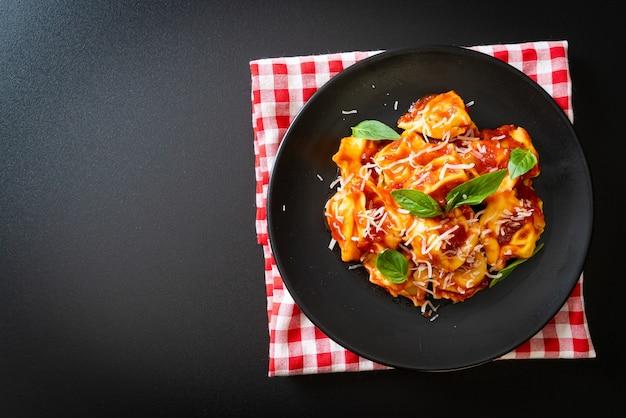 Macarrão tortellini italiano com molho de tomate. comida italiana