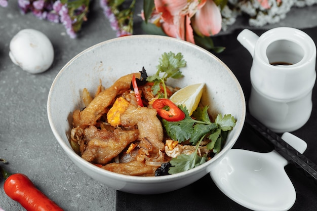 Macarrão udon com frango e pimentão - culinária japonesa.
