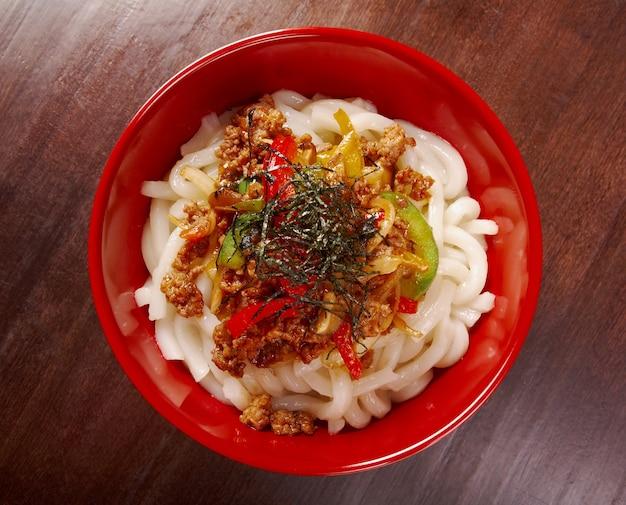 Macarrão udon com guisado de carne bovina. cozinha japonesa