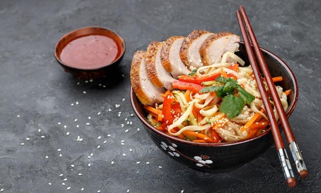 Macarrão udon com legumes