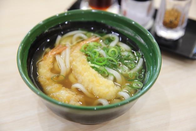 Macarrão udon com tempura de camarão