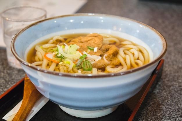 Macarrão udon com tofu