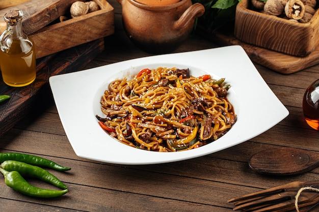 Macarrão udon com vegetais e carne