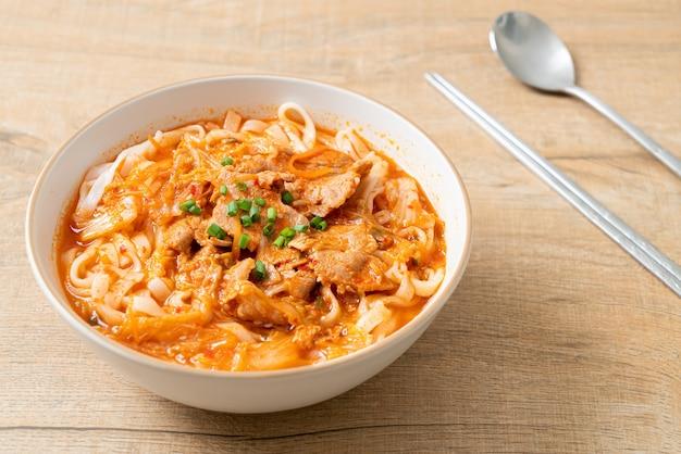 Macarrão udon coreano com carne de porco na sopa kimchi - comida asiática