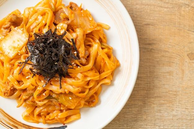Macarrão udon frito com kimchi e carne de porco - comida coreana