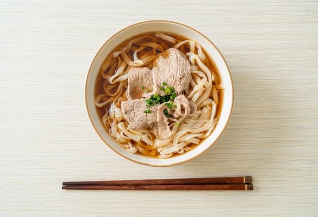 Macarrão udon ramen caseiro com carne de porco na sopa de soja ou shoyu