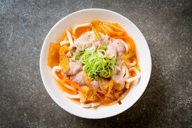 Macarrão udon ramen com carne de porco e kimchi