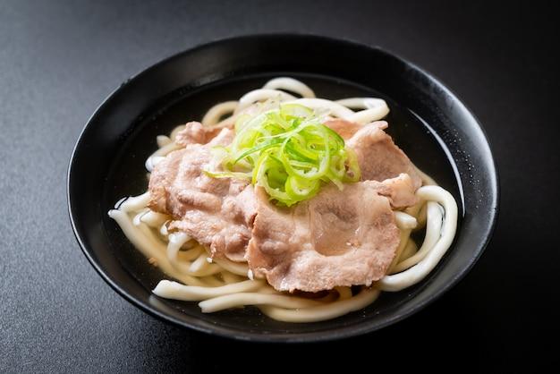 Macarrão udon ramen com carne de porco (shio ramen)