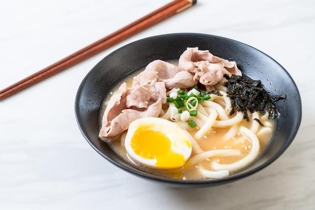 Macarrão udon ramen com sopa de porco