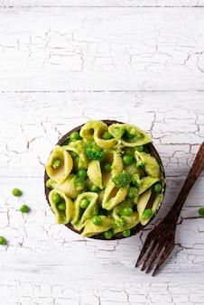 Macarrão vegano com molho verde