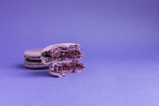Macarrão violeta quebrado em close-up de duas metades. sobremesa francesa para o halloween.