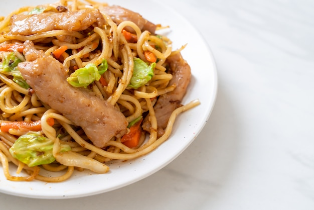 Macarrão yakisoba frito com carne de porco