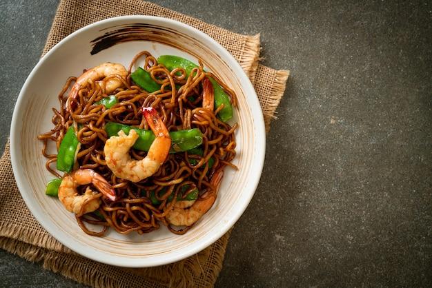 Macarrão yakisoba frito com ervilhas e camarões - comida asiática