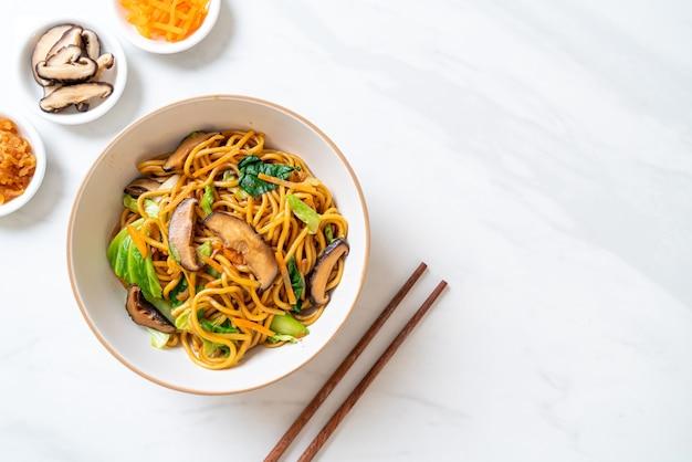 Macarrão yakisoba frito com vegetais em estilo asiático, comida vegana e vegetariana