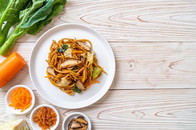 Macarrão yakisoba frito com vegetais no estilo asiático - comida vegana e vegetariana