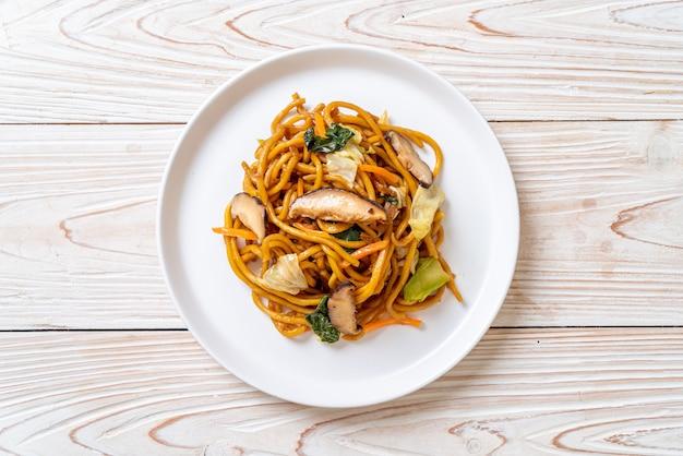 Macarrão yakisoba salteado com legumes em estilo asiático