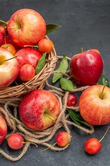 Maçãs as apetitosas maçãs cerejas na mesa escura