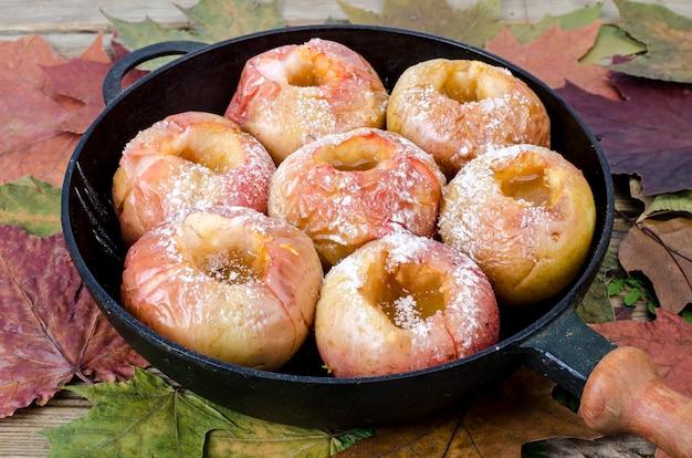 Maçãs assadas com açúcar, prato de outono, sobremesa. foto de estúdio