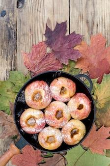 Maçãs assadas com açúcar, prato de outono, sobremesa.