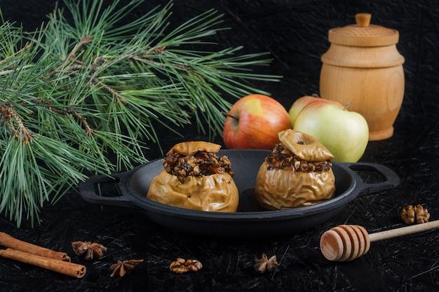 Maçãs assadas com nozes e frutas secas. sobremesa de ano novo e natal