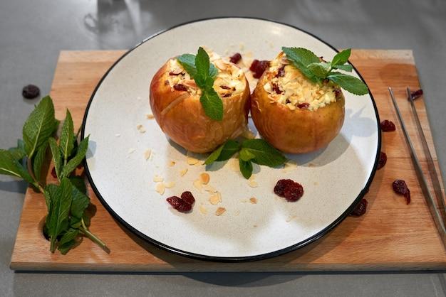 Maçãs assadas com queijo cottage e com hortelã perfumada