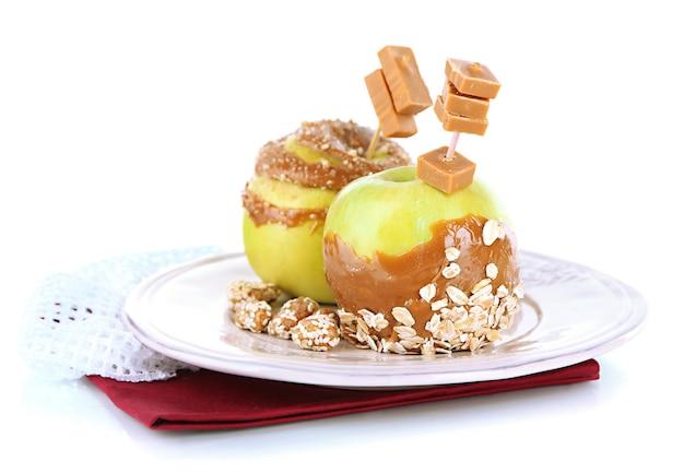 Maçãs caseiras com caramelo, isoladas no branco