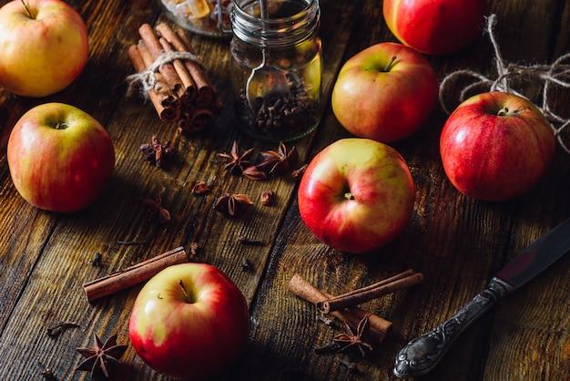Maçãs com cravo, canela e estrela de anis para preparar vinho quente