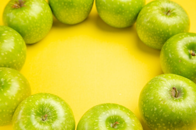 Maçãs com vista lateral de close-up as apetitosas maçãs verdes são dispostas em um círculo