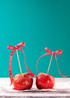 Maçãs de caramelo com fita natal
