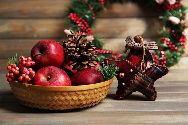 Maçãs de natal na mesa de madeira