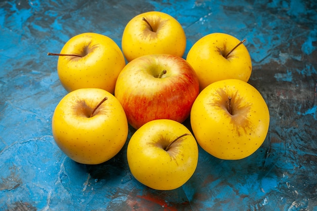 Maçãs doces frescas de vista frontal alinhadas em fundo azul dieta vitamina saborosa madura saúde madura