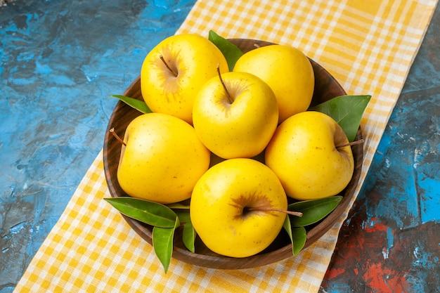 Maçãs doces frescas de vista frontal dentro do prato em um fundo azul dieta saudável madura saborosa Foto gratuita