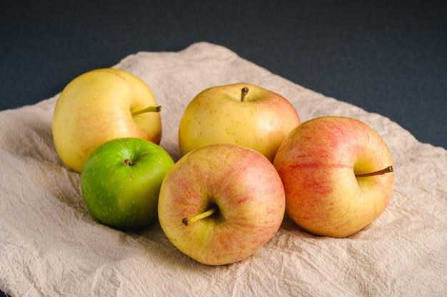 Maçãs doces frescas na sacola de supermercado reutilizável