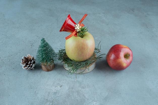 Maçãs e decorações festivas de natal em mármore.