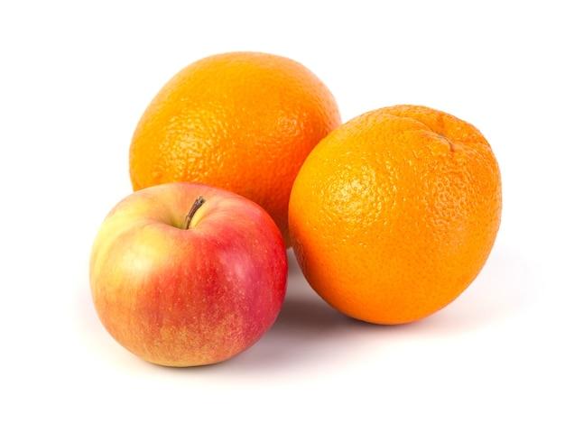 Maçãs e laranja em fundo branco, dieta saudável.
