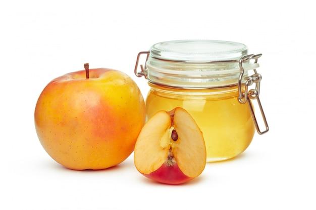 Maçãs e pote de mel para o feriado de ano novo judaico isolado no branco