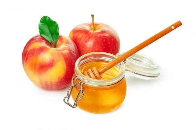 Maçãs e pote de mel para o feriado de ano novo judaico isolado