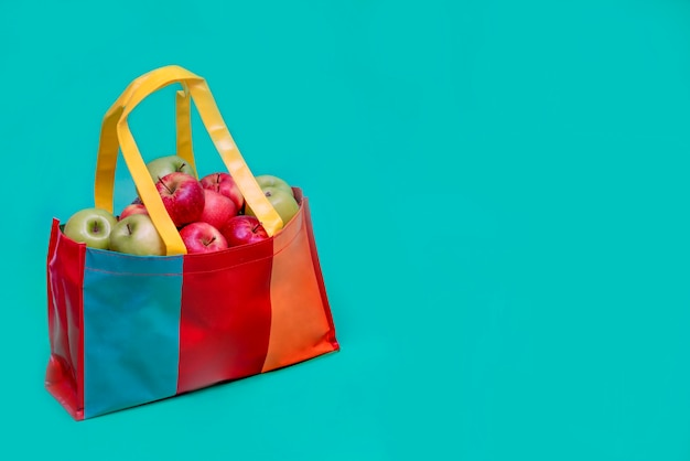 Maçãs em saco plástico reciclado