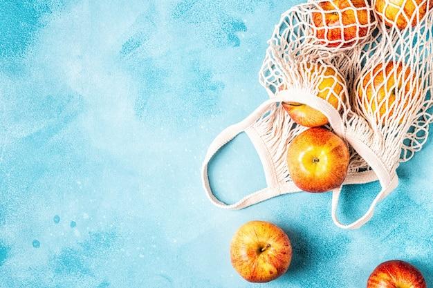 Maçãs frescas maduras em uma bolsa de malha