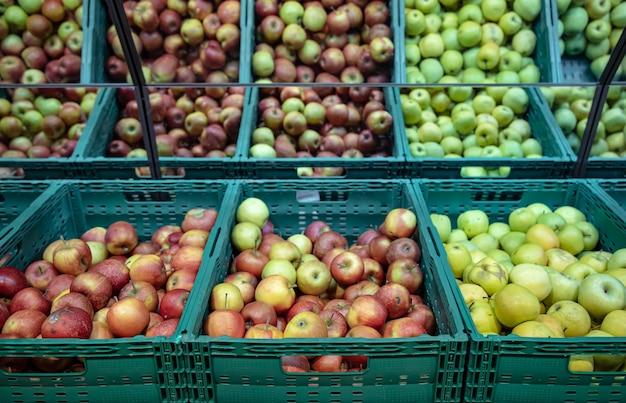 Maçãs frescas naturais em caixas no balcão do supermercado.
