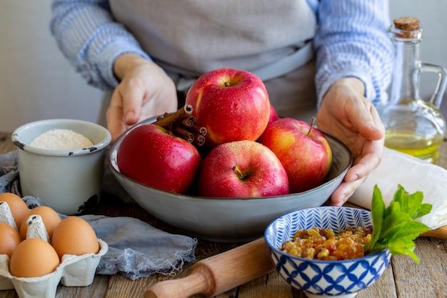 Maçãs lavadas com gotas de água em uma tigela. descasque maçãs maduras e suculentas. ingredientes para o strudel de maçã.
