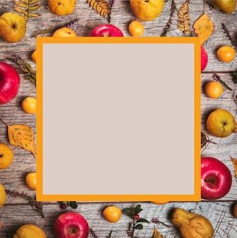 Maçãs maçãs amarelas e vermelhas na velha mesa de madeira. fundo de outono. o conceito de alimentação saudável, dieta alimentar. vista do topo.