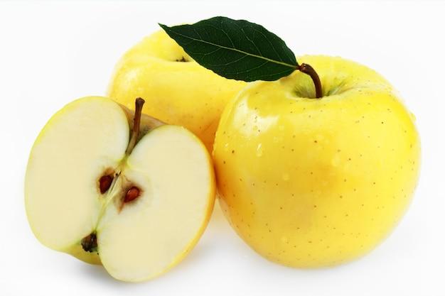 Maçãs maduras amarelas sobre fundo branco