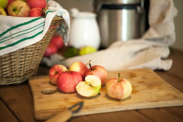 Maçãs na mesa para fazer um suco fresco. conceito de nutrição saudável. tempo de colheita. cesta com maçãs.