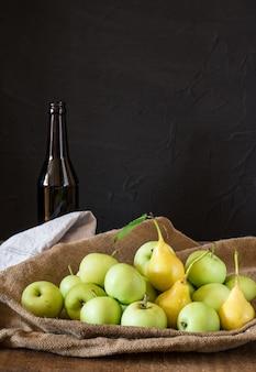 Maçãs na tigela. frutas do jardim. colheita. peras amarelas. cidra de maçã. vinagre de frutas. vi da apple