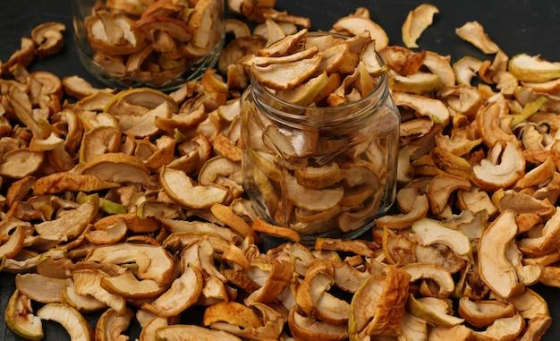 Maçãs secas close-up, preservação tradicional de frutos maduros, para manter as nutrições e vitaminas durante o inverno, use para cozinhar ou lanche leve