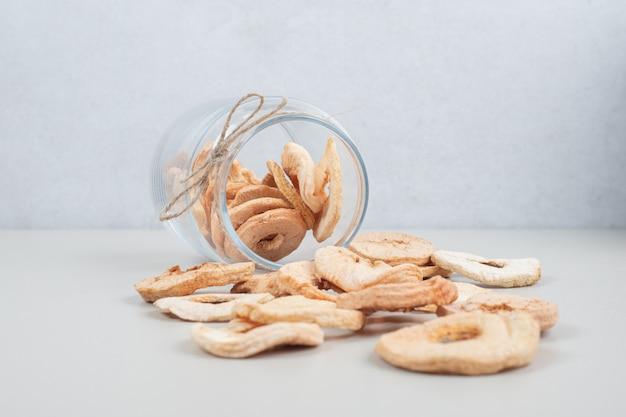 Maçãs secas em pote de vidro