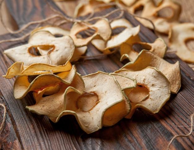 Maçãs secas na mesa de madeira horizontal