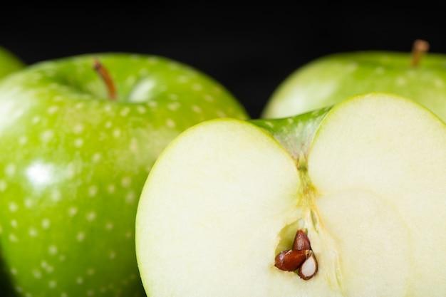 Maçãs verdes deliciosas maduras frescas suculentas maduras meio corte frutas isoladas em cinza
