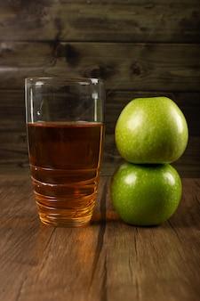 Maçãs verdes e um copo de suco